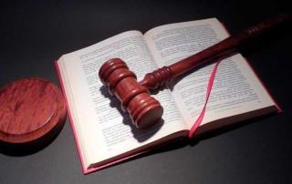 Poissaolo oikeudenkäynnistä voi aiheuttaa uhkasakon